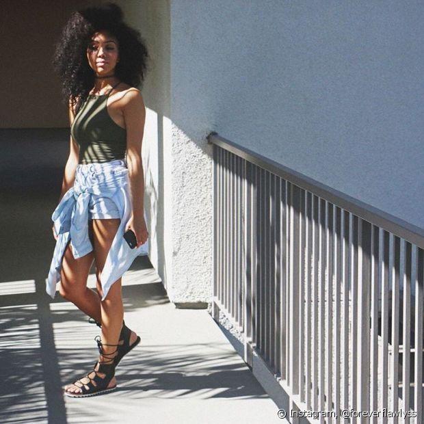 Invista em uma peça básica, como um short jeans. Os de cintura alta são elegantes e ficam bem em qualquer lugar