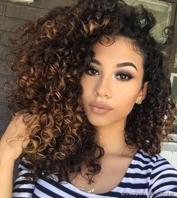 Os cabelos cacheados e crespos devem ser lavados em dias intercalados, para não interferir na oleosidade produzida pelo couro cabeludo
