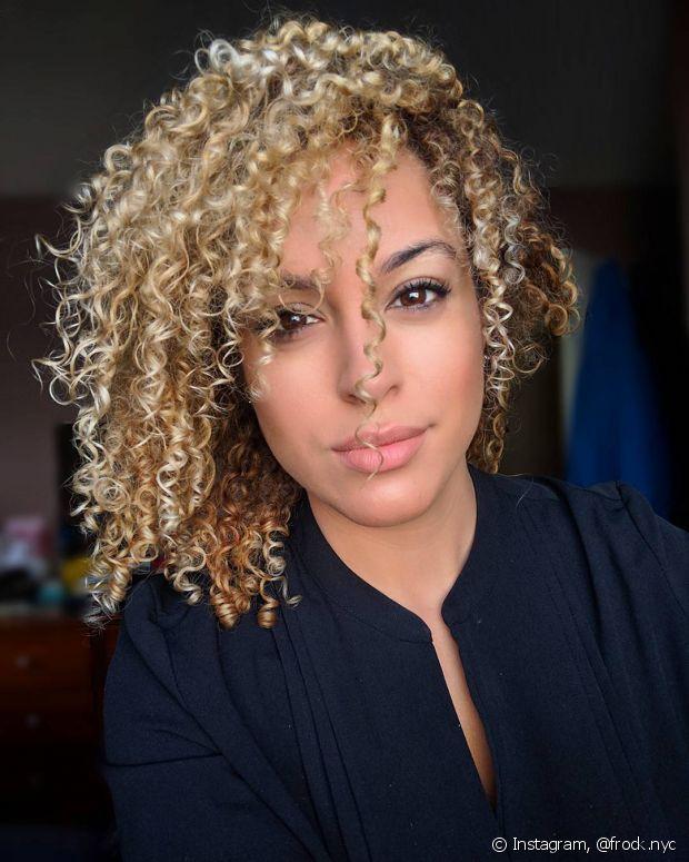 Se precisar descolorir os cabelos, é melhor esperar a transição capilar acabar, pois o processo é muito agressivo
