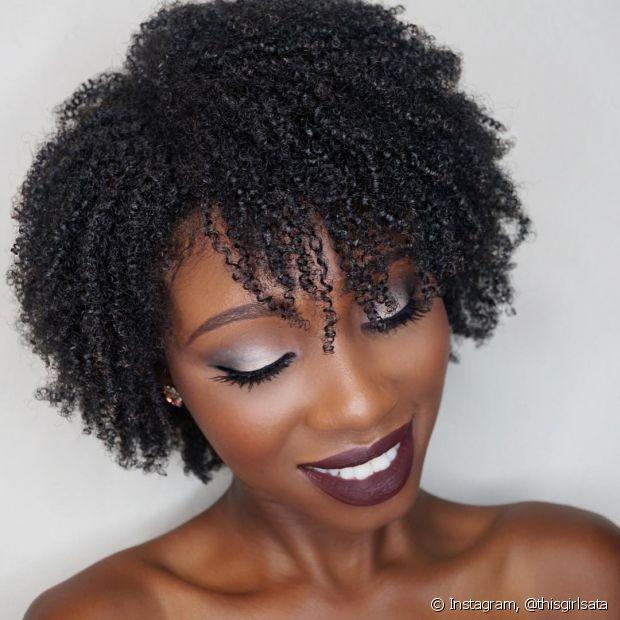 A franja dos cabelos crespos também precisa estar hidratada, para deixar o visual mais poderoso