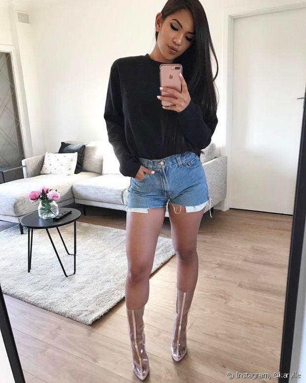 O moletom neutro com o short jeans deixa de ser básico com o sapato poderoso