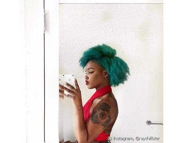 O black power verde também faz sucesso entre as mulheres com cabelo crespo