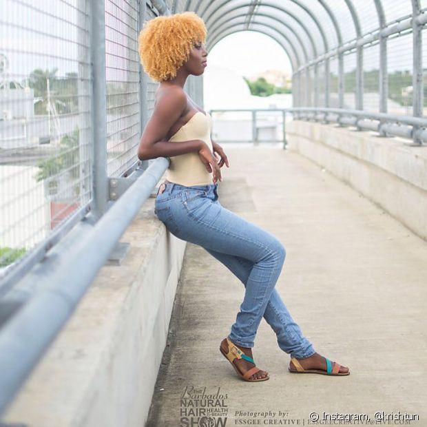 As negras com black power também podem ter cabelos bem loiros