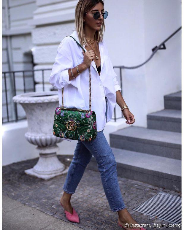 O sapato colorido com a bolsa estampada dá um charme para a camisa social branca