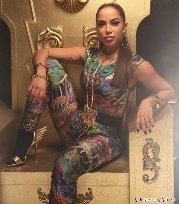 Na gravação do clipe da música 'Sim ou Não', Anitta apostou no macacão estampado, meias de lurex e muitas joias