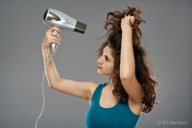 Escolha um secador de cabelo mais leve para não pesar nos seus braços