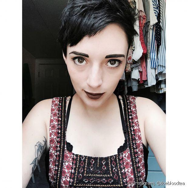 Até mesmo o cabelo pixie funciona bem com o tom preto azulado