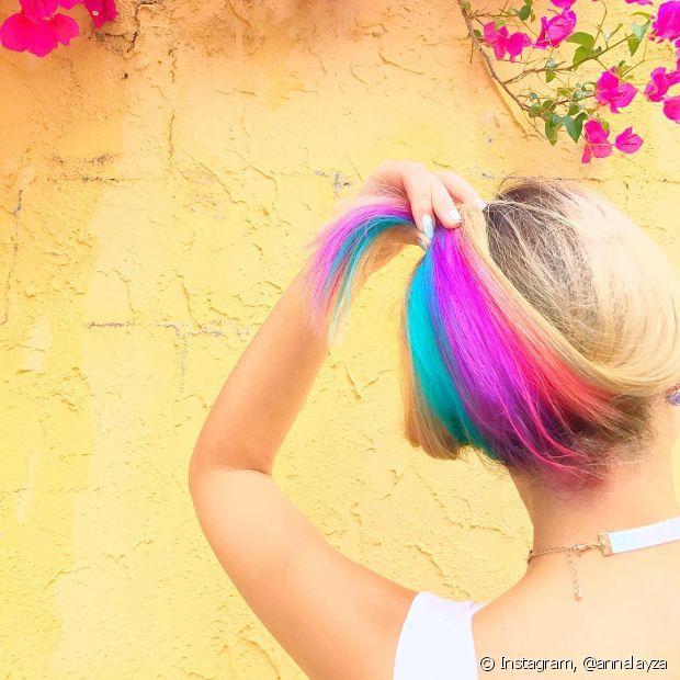 O cabelo arco-íris escondido é uma tendência forte para as meninas que querem ousar