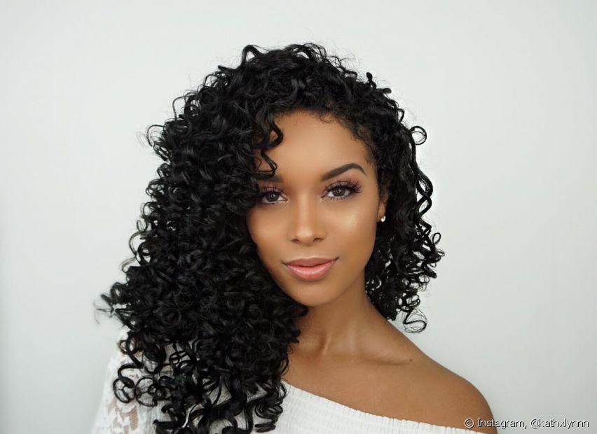A grande vilã dos cabelos no inverno é a água quente. Por isso, lave os fios somente com água fria ou morna, no máximo