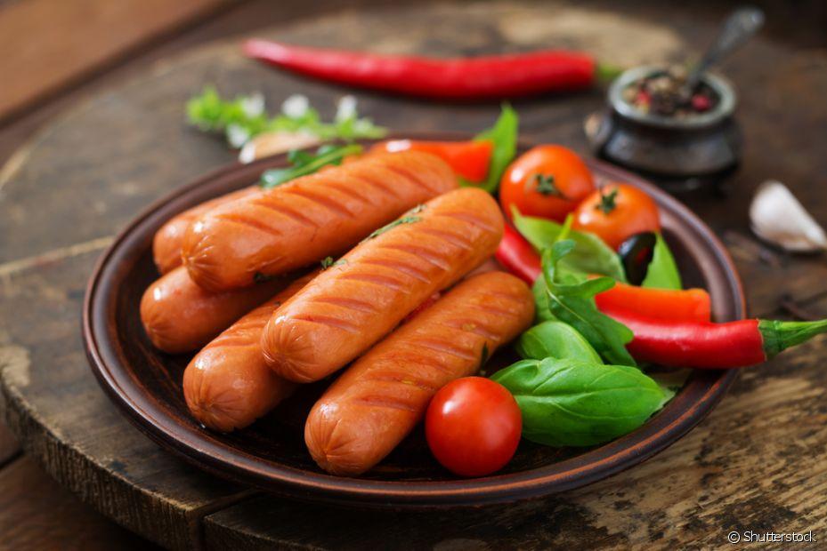 Se você não quer gastar muito com carnes, a salsicha vai servir perfeitamente como acompanhamento do seu fondue de queijo