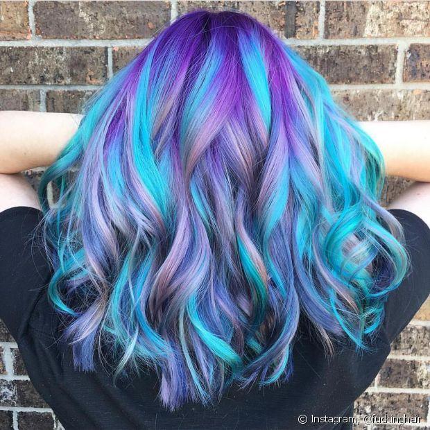 Que tal esse cabelo unicórnio com uma mistura de tons de roxo e azul?