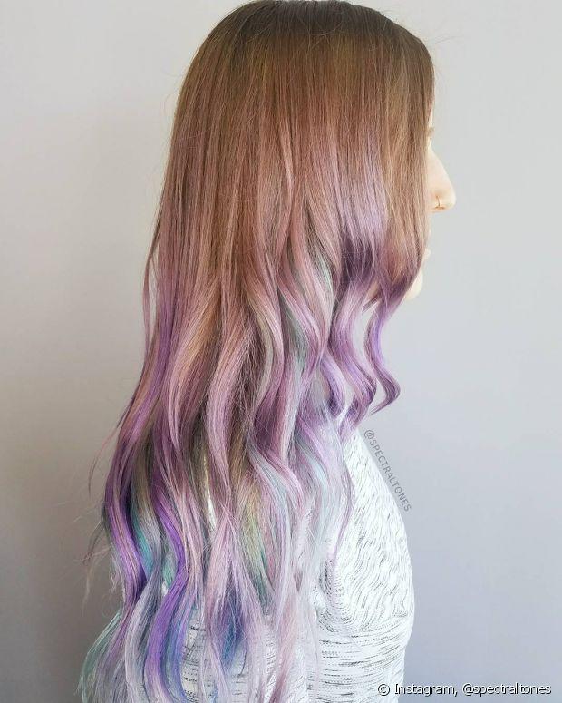 Se você não tem coragem de colorir as madeixas por completo, considere o ombré hair colorido uma alternativa na hora da sua transformação