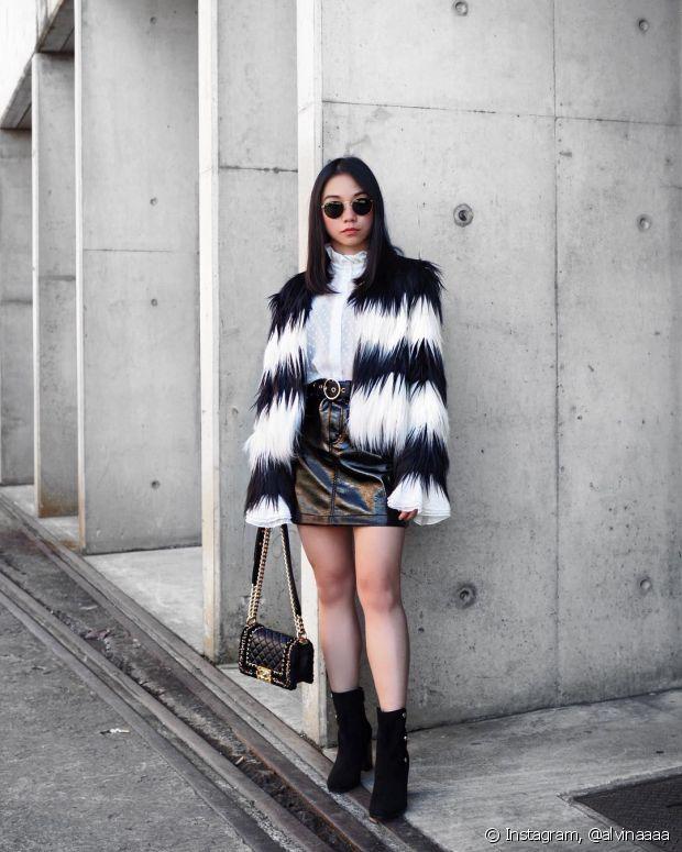 O casaco de pelo combina muito bem com bota de cano curto