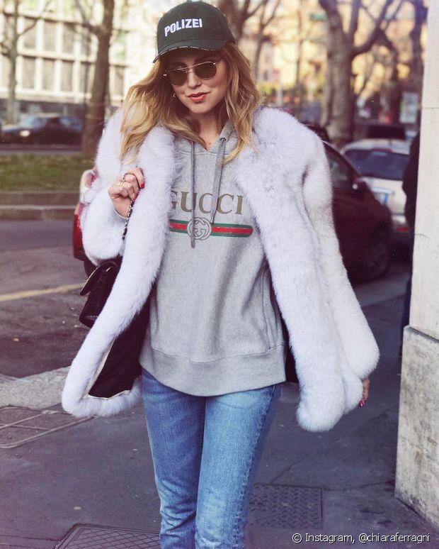 O look básico ganha mais personalidade com casaco de pelo