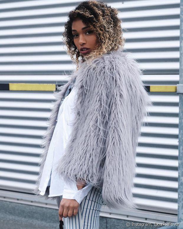 Até a roupa que você usa para trabalhar pode ganhar um toque mais charmoso com o casaco de pelo em tons neutros