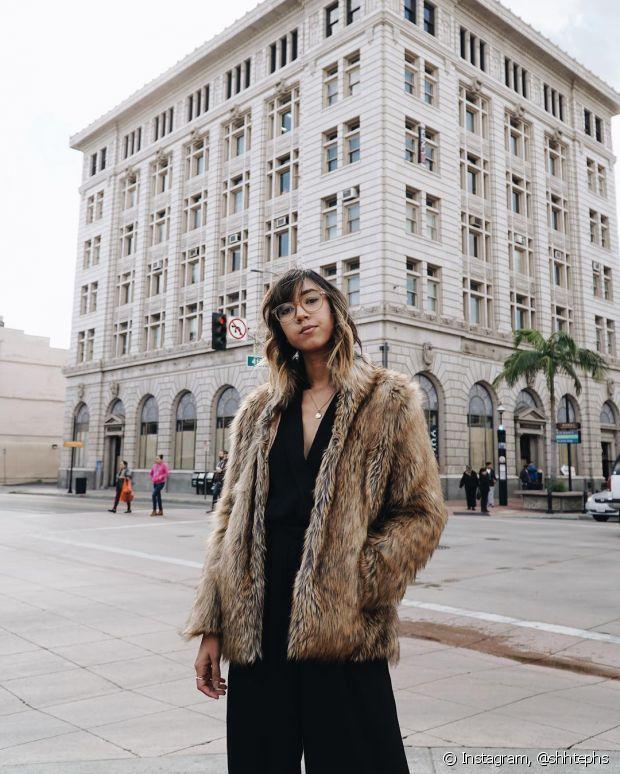 Um look todo monocromático dá destaque ao casaco de pelo