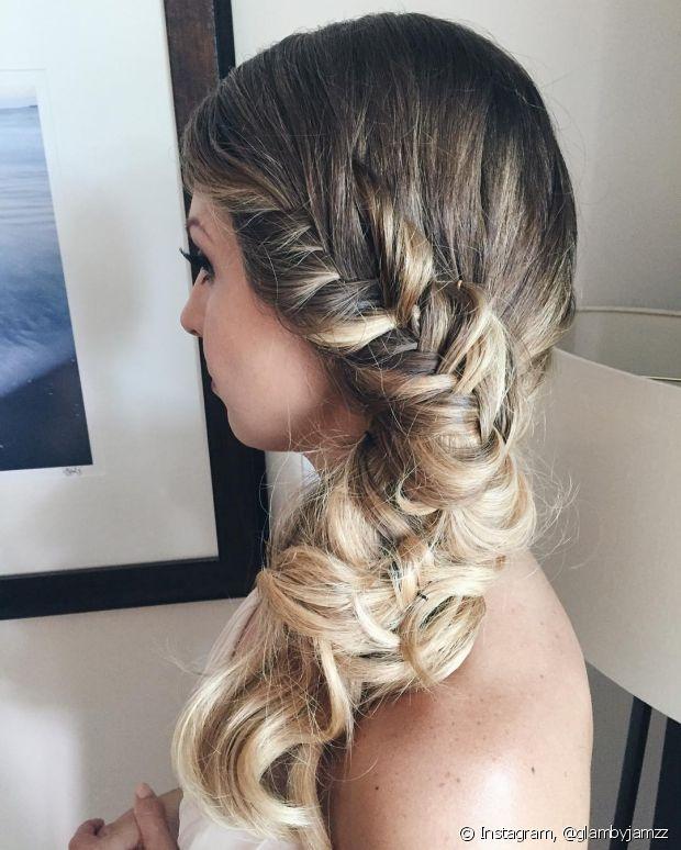 A trança embutida lateral é uma das versões do penteado