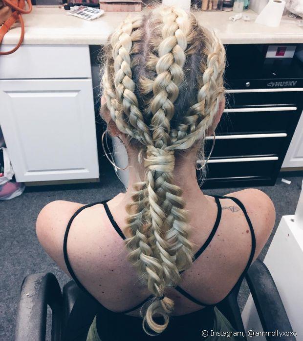 Solte a criatividade e teste diferentes modelos de trança embutida no seu cabelo loiro