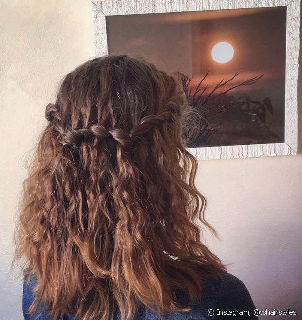 Se não quiser usar ferramentas de calor, dá para fazer a trança cascata com os cabelos naturais