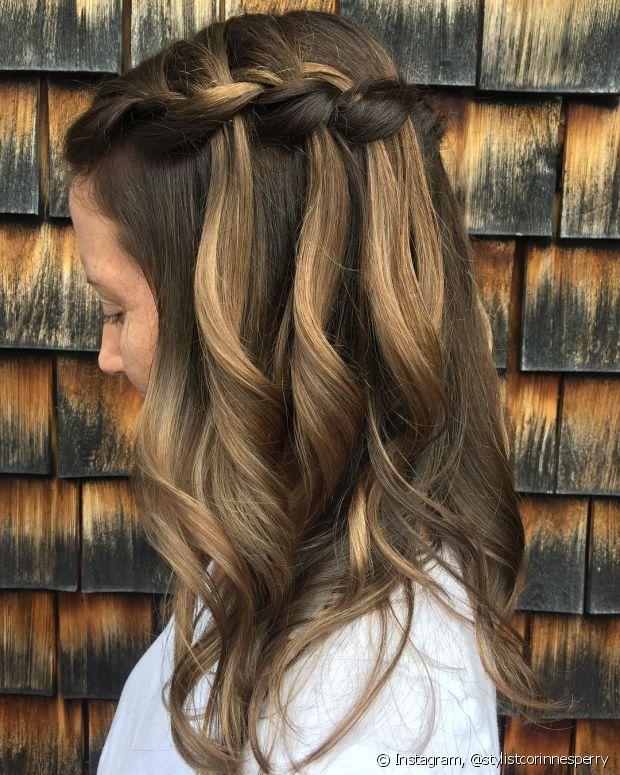 Você pode fazer a trança cascata de acordo com o seu estilo e com a ocasião