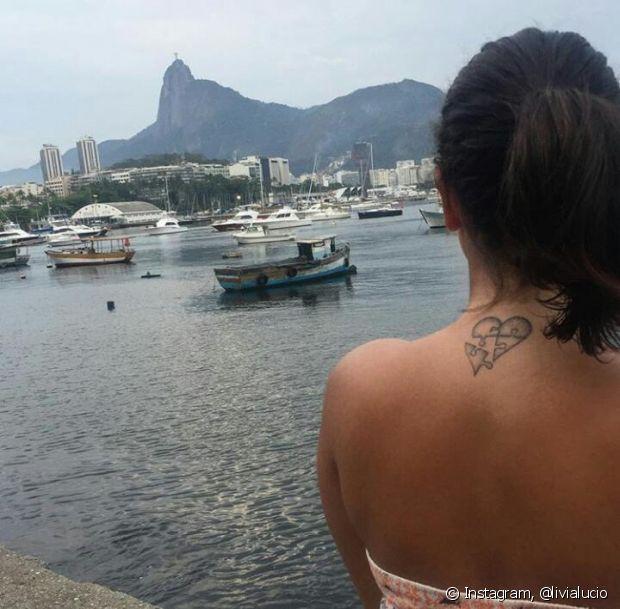 Você pode escolher mostrar ou esconder uma tatuagem pequena na nuca