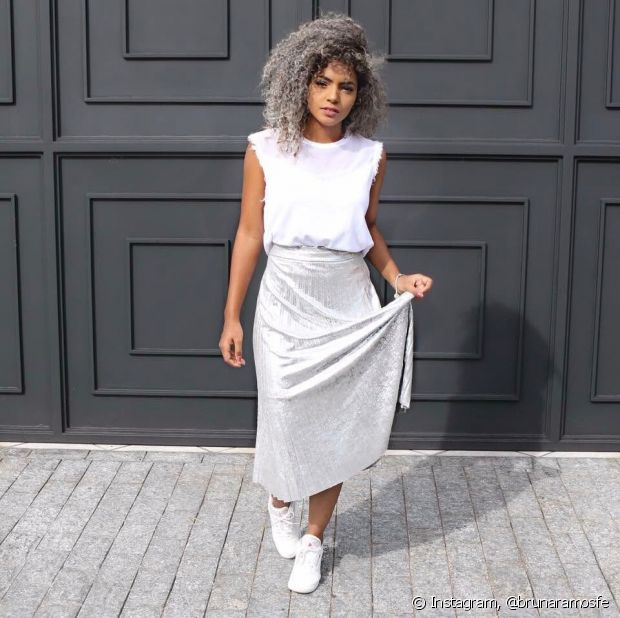 Os tênis brancos e pretos são mais fáceis de combinar com as roupas mais clássicas