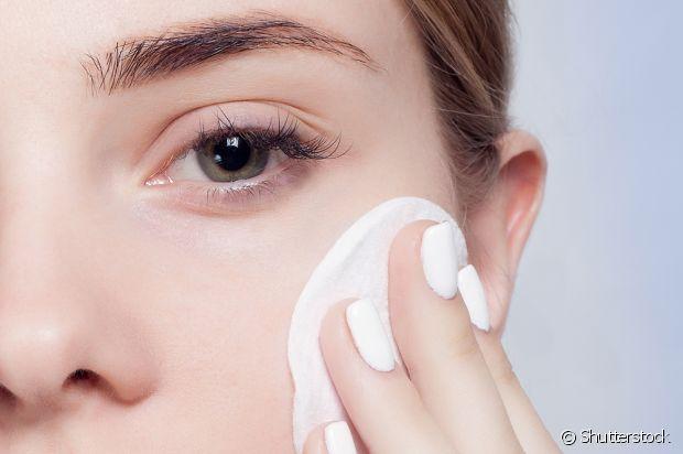 Para tirar maquiagem e produtos à prova d'água, o óleo de coco é muito indicado