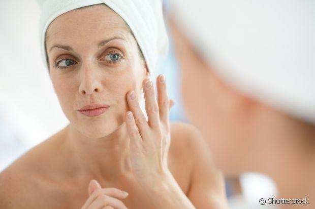 O óleo de coco também pode ser usado para hidratar o rosto, mesmo quem tem a pele mais oleosa