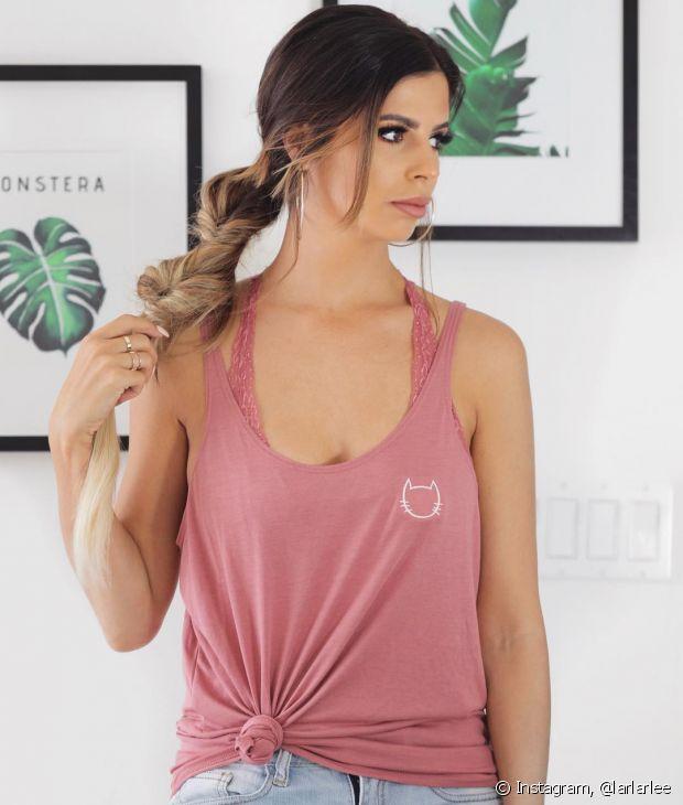Aposte nas alças da lingerie aparecendo por cima da blusa