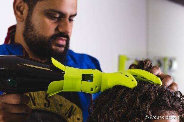 No salão Bruno Dantte Conceito, na Barra da Tijuca, Rio de Janeiro, o cabeleireiro oferece cortes e tratamentos específicos para os cabelos cacheados e crespos