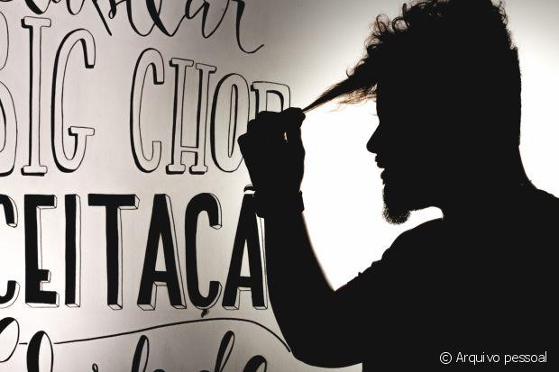 Em seu salão, Bruno registrou nas paredes palavras que definem bem o processo de aceitação dos cachos