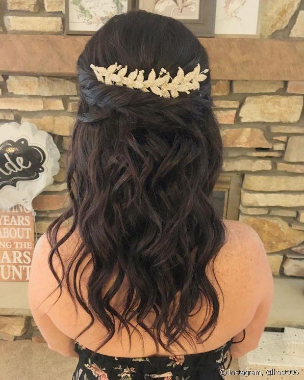 O penteado de noiva semipreso fica perfeito para quem gosta da leveza do cabelo solto