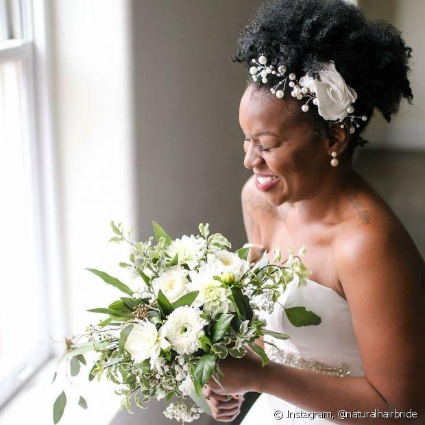 Os acessórios no penteado de noiva ficam em destaque com o fundo escuro dos seus fios