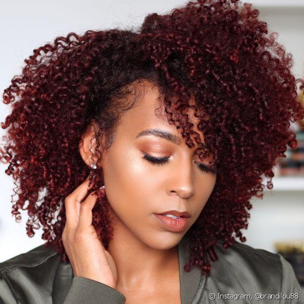 O cabelo com mechas vermelhas destaca os fios cacheados de uma forma super estilosa (Foto: Instagram @brandilou88)