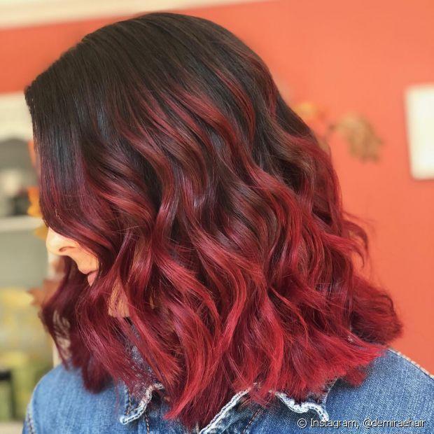 O cabelo preto com mechas vermelhas é o visual ideal para quem não tem medo de ousar na transformação (Foto: Instagram @demiraehair)