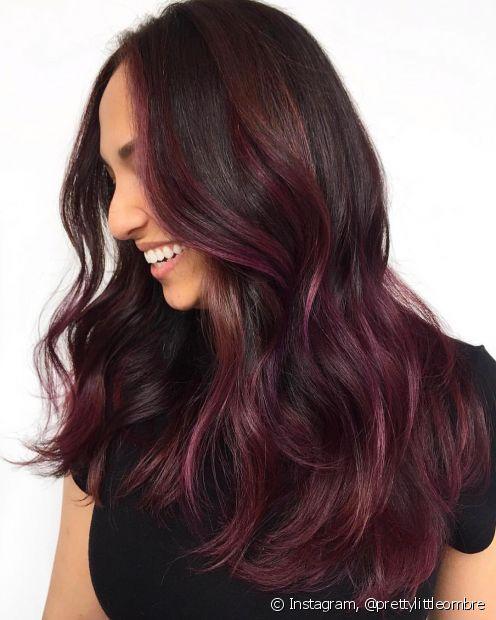 O cabelo vermelho marsala é muito versátil e combina com todos os tons de pele