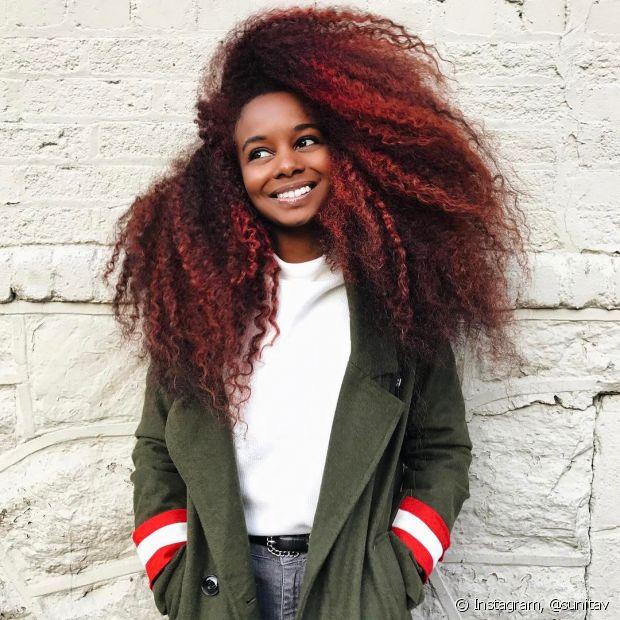 As mechas vermelhas são perfeitas para realçar cabelos escuros (Foto: Instagram @sunitav)