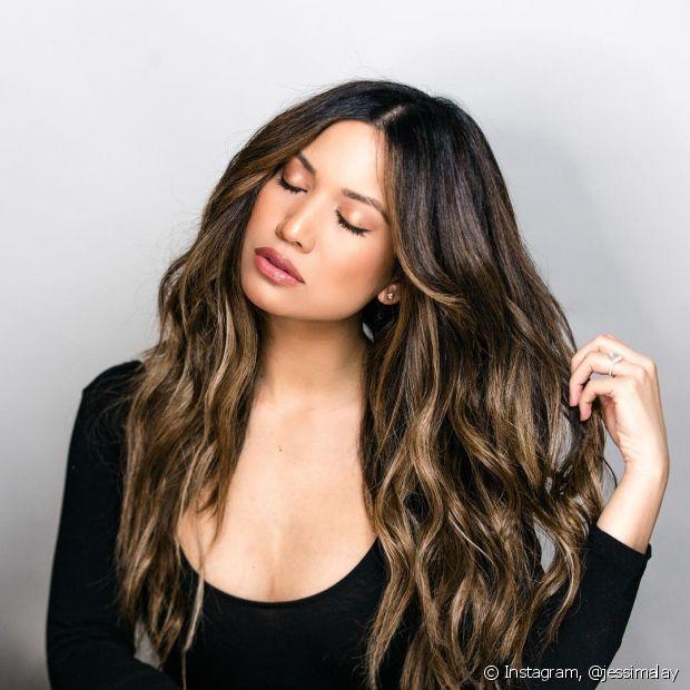 O óleo de rosa mosqueta hidrata os cabelos e ajuda a cuidar do couro cabeludo