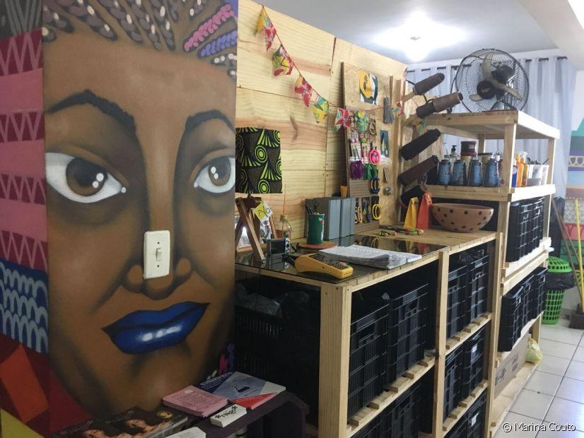 No Studio, além do trabalho com tranças, são vendidos acessórios e produtos para cuidar dos cabelos cacheados e crespos