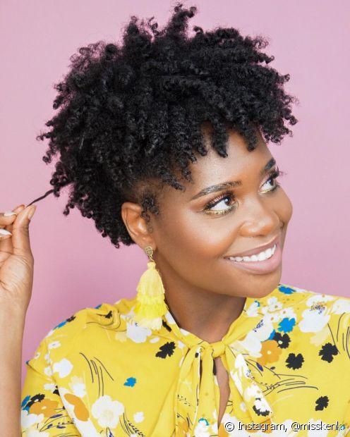 Os cabelos crespos também possuem cachos! Só que para estimular a definição neles é preciso um pouco mais de atenção e paciência, além de técnicas e produtos especializados