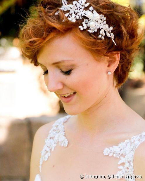 As tiaras são uma boa alternativa para trazer um pouco mais de brilho e glamour para o look da noiva