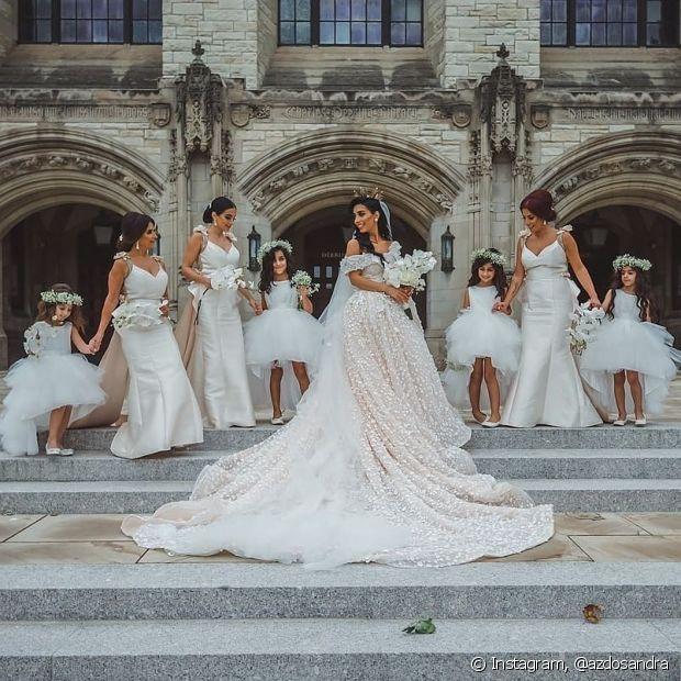 Optar pelo mesmo estilo nos penteados deixa a cerimônia e as fotos mais harmônicas