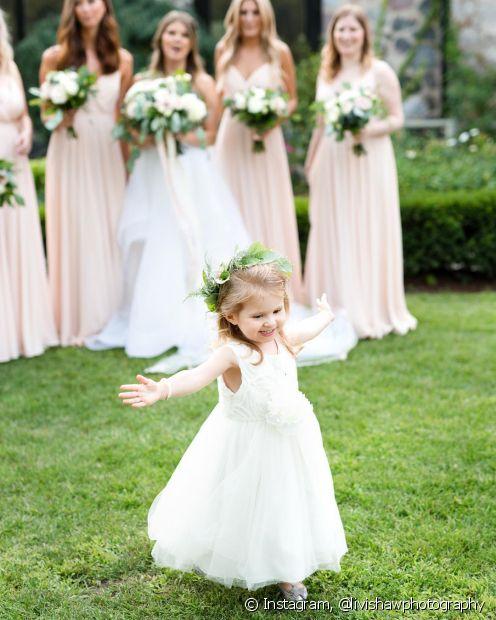 As tiaras de flores podem ser ótimas aliadas para ornar os tons escolhidos para o casamento