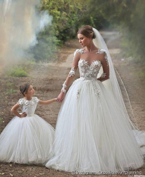 Combinar o penteado da noiva e das daminhas é uma prática tradicional em casamentos