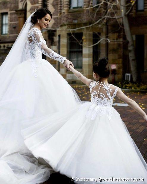 A harmonia entre a noiva e a daminha de honra pode ir além dos fios e estar presente também no estilo do vestido