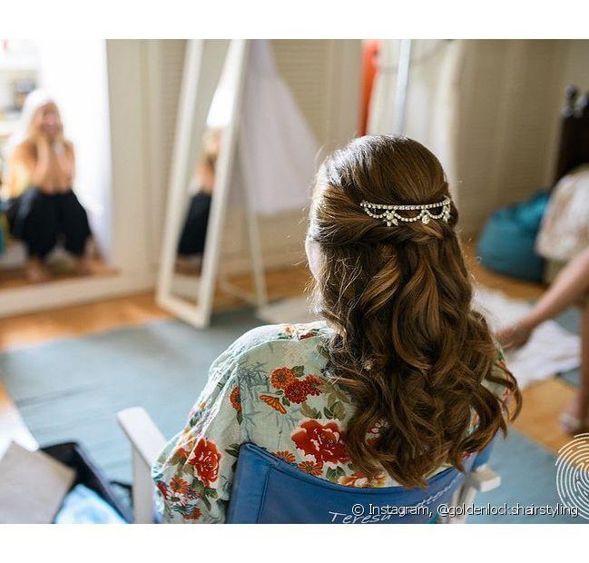 Incremente o seu penteado semipreso com presilhas e mechas torcidinhas