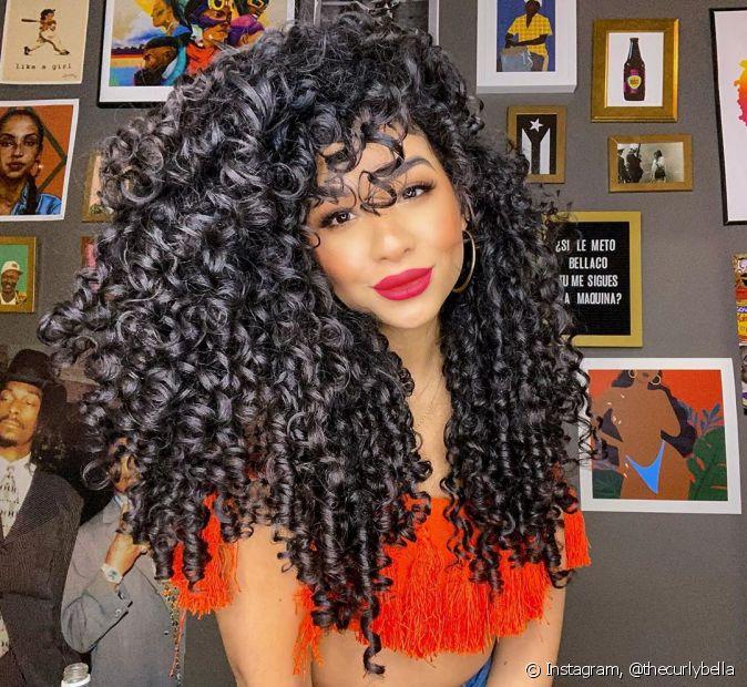 Melhores produtos para cabelos cacheados: saiba o que usar nos cuidados com os fios (Foto: Instagram @thecurlybella)
