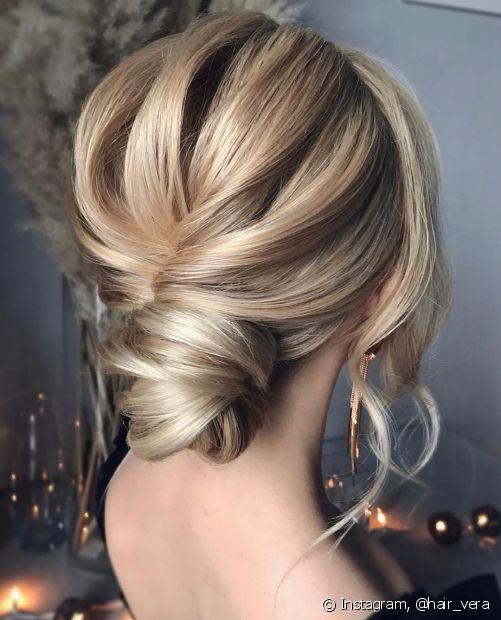 Os coques torcidos também são uma opção para incrementar o penteado clássico (Foto: Instagram @hair_vera)