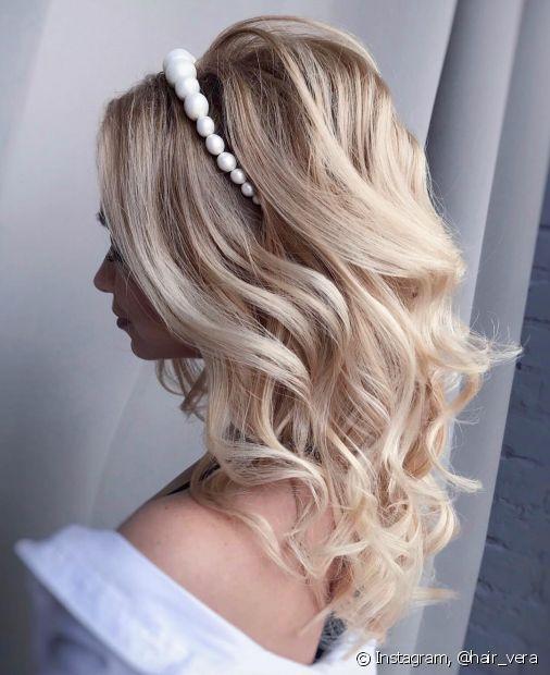 A escolha do penteado da noiva é sempre um momento especial e ajuda a criar a atmosfera matrimonial (Foto: Instagram @hair_vera)
