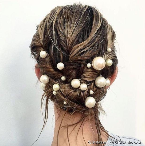 As pérolas são as tendências do momento para os penteados das noivas, o estilo diferenciado fica ainda mais moderno com o modelo torcidinho das madeixas (Foto: Instagram @norfolkbrides.co.uk)